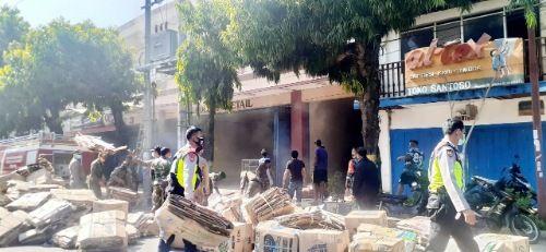 SIBUK: Sejumlah warga dan aparat bergegas mengeluarkan kardus dari salah satu gudang milik Swalayan El-Malik yang terletak di Jalan Jenderal Sudirman, Rabu (7/10).