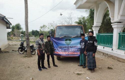 KAWAL LANGSUNG: Pendamping desa dan pendamping lokal desa di Kecamatan Kedungdung mengawal penyaluran bantuan air bersih di Ponpes Ar Raudhah Litahfidzil Qur'an, Desa Daleman, Jumat (9/10).