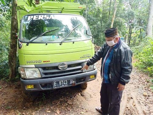 AKHIRNYA TERUNGKAP: Kapolsek Geger AKP Bidarudin menunjukkan truk yang terparkir di hutan Desa Togubang.