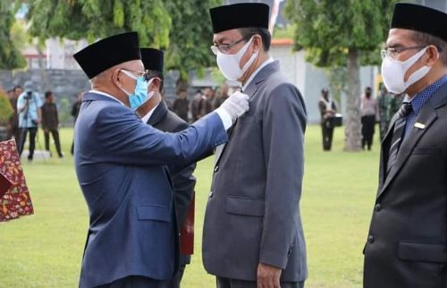 SIMBOLIS: Bupati Sumenep Abuya Busyro Karim menyematkan tanda kehormatan Satyalancana Karya Satya dari Presiden RI pada salah satu ASN, Selasa lalu (10/11).