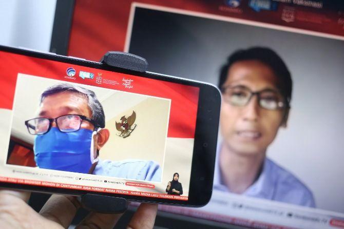 Dr. dr. Kohar Hari Santoso, SpAn., KAP., KIC (kiri) dan Wahyoe Boediwardhana (Jurnalis) menjadi pembicara dalam dialog bertema belajar dari sukses vaksin MR di Jawa Timur dan Peran Media dalam Vaksinasi di Jakarta, Selasa, 17 November 2020.
