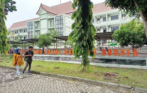 MEGAH: Mahasiswa dan Mahasiswi UTM berjalan di depan gedung FISIB.