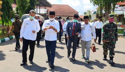 SEREMONI: Sejumlah PNS bersama Bupati Baddrut Tamam dan almarhum Wabup Raja'e dalam launching mobil sigap beberapa waktu lalu.