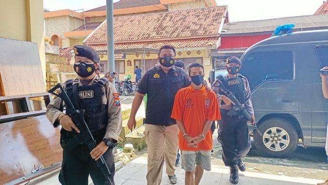 TAK BERKUTIK: Personel Polres Sampang menggiring Alfandi Ramadani kemarin.