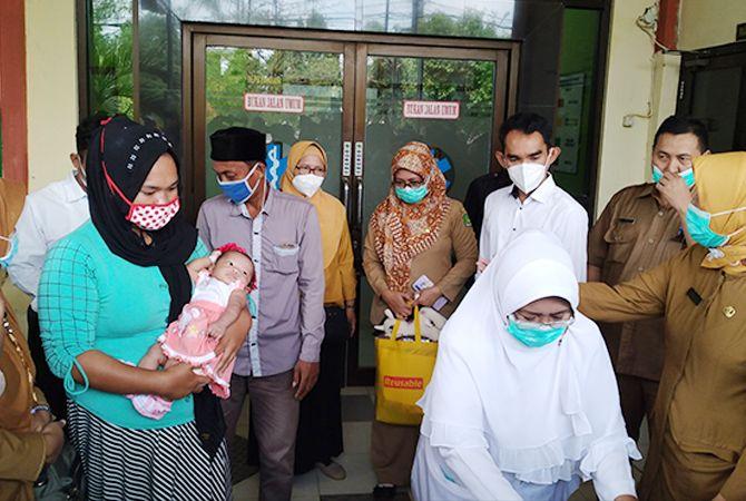 PELUKAN IBU: Nurma Ningsihdidampingi suami dan keluarga besarnya menjemput bayinya di RSUD drHMoh. Anwar Sumenep.