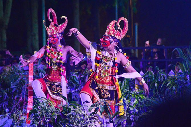 LESTARI: Lakon saat memerankan kesenian topeng Kabupaten Sumenep.