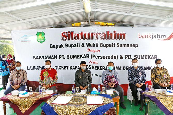 SINERGI: Bupati Sumenep A. Busyro Karim (tiga dari kiri) menghadiri launching e-ticket KM DBS bekerja sama dengan Bank Jatim Cabang Sumenep, Kamis (11/2).