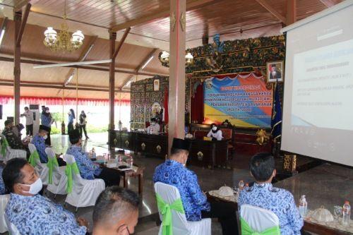 SERIUS: Kepala Dinas KB-PPA Bangkalan Amina Rachmawati (depan kanan) hadir di rakor yang digelar di pendapa R. Pratanu