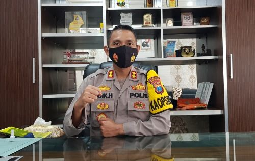 PATUHI PROKES: Kapolres Bangkalan AKBP Didik Hariyanto memberikan keterangan pers saat ditemui di ruang kerjanya.