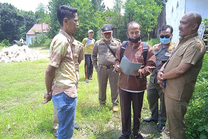 DISOAL: Warga menyerahkan surat pernyataan penolakan pembangunan perumahan kepada tim Satpol PP dan DPMPTSP Bangkalan di Dusun Ganding, Desa Pangpong, Kecamatan Labang, kemarin.
