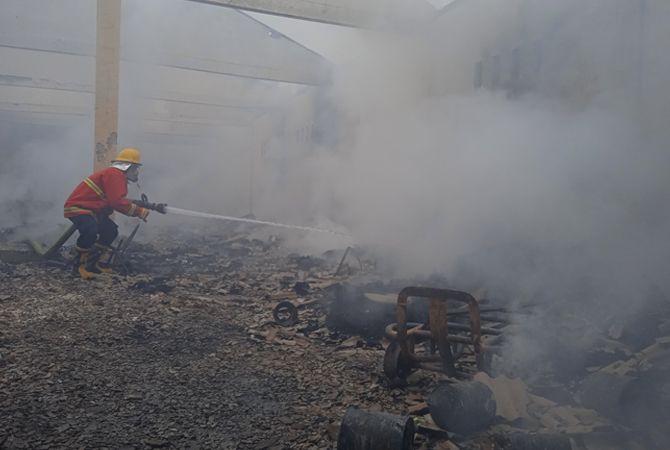 LUDES: Petugas damkar menyemprotkan air di area gudang yang terbakar di Desa Pesanggrahan, Kecamatan Kwanyar.