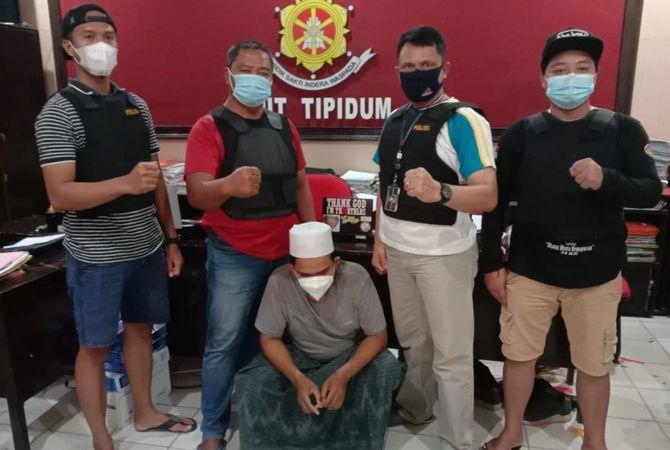 TAK BERKUTIK: Anggota Satreskrim Polres Bangkalan mengamankan tersangka Syaiful di ruang penyidik.