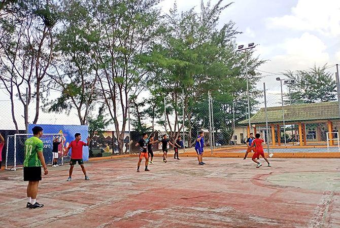 BERKERINGAT: Atlet handball latihan di Kecamatan Batuan, Sumenep, beberapa waktu lalu.