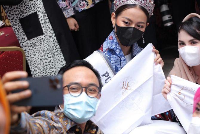 BATIK: Bupati Pamekasan Baddrut Tamam berswafoto dengan Ayuma dan Ketua Dekranasda Jawa Timur Arumi Bachsin Emil Dardak di Hotel Front One di Jalan Jokotole, Nomor 282, pada Sabtu (27/3).