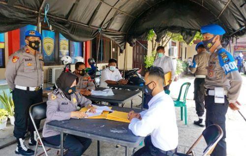 TRANSPARAN: Anggota Polres Bangkalan melayani pendaftaran anggota Polri.