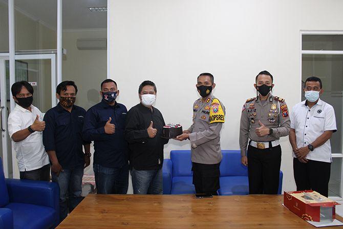 AKRAB: Kapolres Bangkalan AKBP Didik Hariyanto (tiga kanan) memberikan kue ucapan selamat atas keberhasilan RadarMadura.id telah terverifikasi faktual Dewan Pers kepada Direktur PT Madura Intermedia Pers Abd. Aziz.