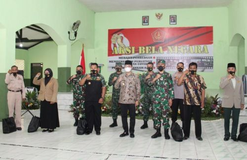 SATU TEKAD: Bupati Bangkalan R. Abdul Latif Amin Imron bersama Waaster Panglima TNI Brigjen (Mar) Agus Sulistyo, Dandim 0829/Bangkalan Letkol (Kav) Ari Setyawan Wibowo, Kapolres AKBP Didik Hariyanto, dan pejabat lainnya menyatakan lawan radikalisme.