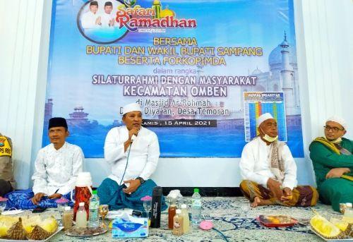 BERKARISMA: Bupati Sampang H. Slamet Junaidi menyapa tokoh serta masyarakat Kecamatan Omben di Masjid Ar-Rohmah, Desa Temoran, Kamis (15/4).