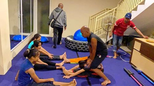 SEMANGAT: Atlet panjat tebing berlatih di kantor KONI, Jalan Halim Perdanakusuma, Bangkalan.