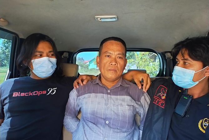 DIBUI: Mantan Kades Bancelok Ismail (tengah) diamankan oleh Polres Sampang,Jumat (23/4).