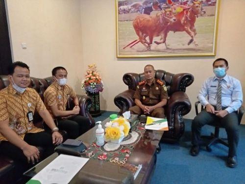 SINERGI: Pejabat BPJS Kesehatan foto bersama Kajari Sumenep Adi Tyogunawan.