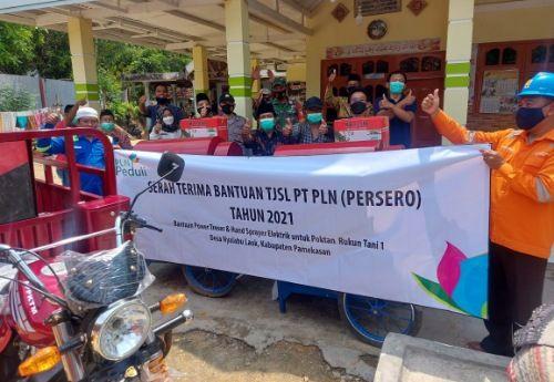 PEDULI: Perwakilan PT PLN (Persero) UIT Jawa Bagian Timur dan Bali foto bersama masyarakat usai penyerahan CSR di Desa Nyalabu Laok, Kecamatan Kota Pamekasan.