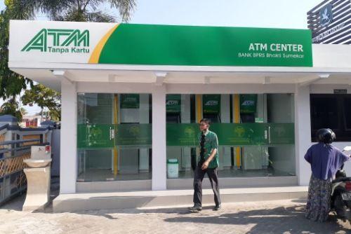 BUKTI NYATA: ATM Center milik BPRS Bhakti Sumekar permudah layanan kepada nasabah.