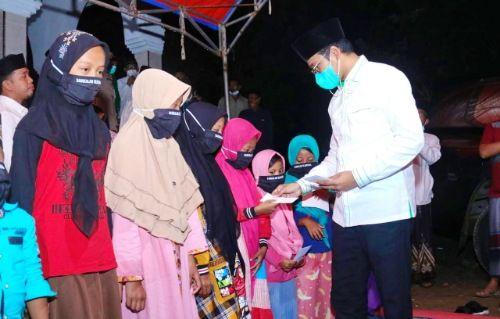 SAYANGI SESAMA: Bupati Bangkalan R. Abdul Latif Amin Imron memberikan santunan kepada anak yatim di Desa Lantek Barat, Kecamatan Galis, Kamis (29/4)