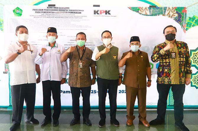 KOMITMEN: Bupati Pamekasan Baddrut Tamam (tiga dari kanan), Ketua DPRD Pamekasan Fathor Rahman (dua dari kanan) foto bersama pegawai KPK (paling kanan dan nomor empat dari kanan) usai menandatangani komitmen pencegahan korupsi di Pendapa Ronggosukowati.