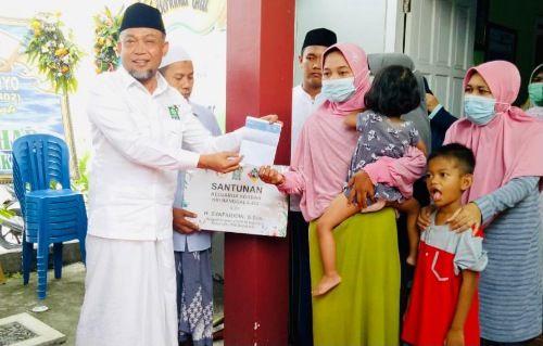 PEDULI: Ketua DPC PKB Kabupaten Bangkalan sekaligus anggota DPR RI H. Syafiuddin Asmoro menyerahkan santunan kepada keluarga korban kapal selam KRI Nanggala-402.