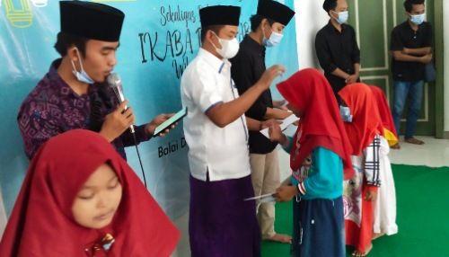 PEDULI: Ketua Umum DPD Ikaba Bangkalan Zona Barat Muarraf dan Ketua Umum Imaba Bangkalan Muhammad Alfian menyantuni anak yatim.