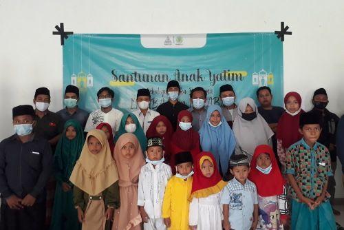 PENUH KEBERSAMAAN: Pengurus dan anggota Imaba serta Ikaba Bangkalan foto bersama anak yatim di Telang Asri, Desa Telang, Kecamatan Kamal, usai santunan, Kamis (29/4).