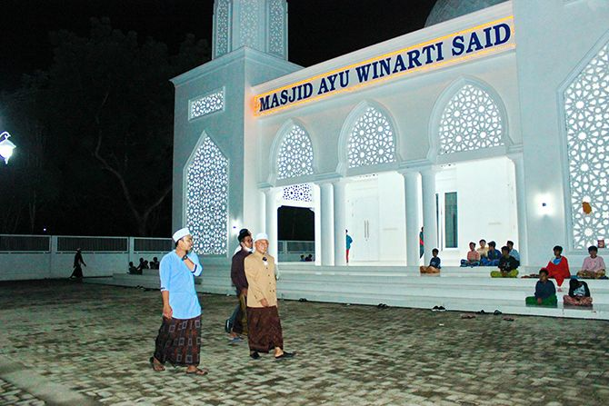 RAMAH: KH. A. Busyro Karim berjalan di halaman Masjid Ayu Winarti Said di kompleks Ponpes Al-Karimiyyah, Desa Beraji, Kecamatan Gapura, Sumenep, Senin (22/3).