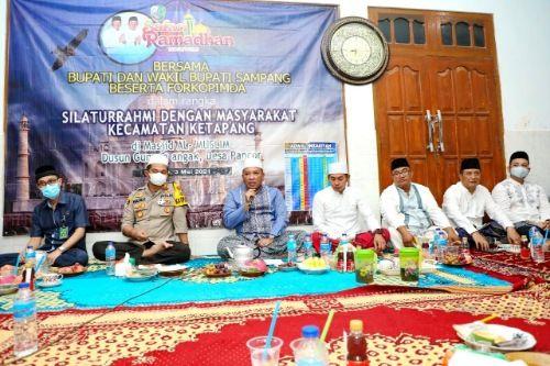 BERSINERGI: Bupati dan Wabup Sampang saat menghadiri Safari Ramadan di Desa Pancor, Kecamatan Ketapang.