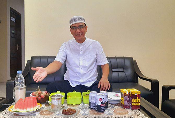 MURAH SENYUM: Ketua PN Pamekasan Maslikan menjelang membatalkan puasa di rumah dinasnya di Jalan Stadion Pamekasan, Kamis (29/4).