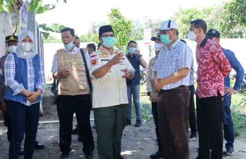 MEMBERIKAN INFORMASI: Wabup Bangkalan Mohni berbincang dengan Plt Kepala DPMD Pamekasan Achmad Faisol Saat meninjau pelaksanaan pilkades di Desa Martajasah.