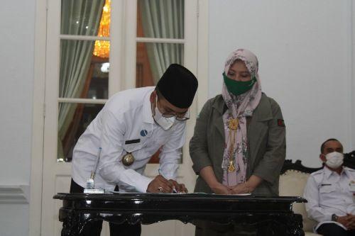 KOMITMEN: Bupati Bangkalan Abdul Latif Amin Imron menandatangani MoU dengan Chief Executive Officer PT Khalifah Incorporation Eka Triatna Shanti di Pendapa Agung, Rabu (5/5).