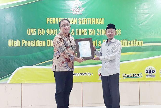 SUKSES: Rektor IAIN Madura Dr H MohammadKosim,M.Ag. (kanan) menerima sertifikat ISO dari Presiden Direktur MSC dan DGI Certification Sholichin Agung Darmawan di aula Fakultas Tarbiyah kemarin.