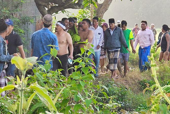 EVAKUASI: Warga Desa Daleman, Kecamatan Kedungdung, Sampang, menggotong jenazah Rukman yang tenggelam kemarin.