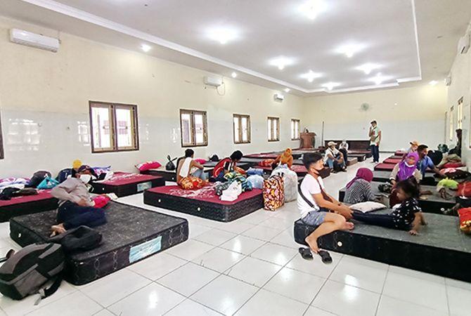 PULANG KAMPNG: Sejumlah PMI beristirahat di BLK, Jalan Syamsul Arifin, Sampang.