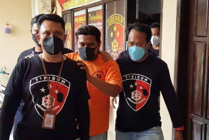 PAKAI ROMPI: Tersangka HF digiring ke sel tahanan Polres Bangkalan usai menjalani pemeriksaan di ruang pidum kemarin.