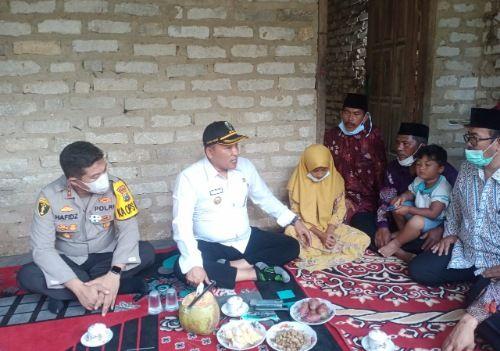 SOSIALIS: Bupati Sampang H. Slamet Junaidi berdialog demgan Sutimah dan Musahrotul Ula di kediamannya yang terletak di Desa Ketapang Laok.