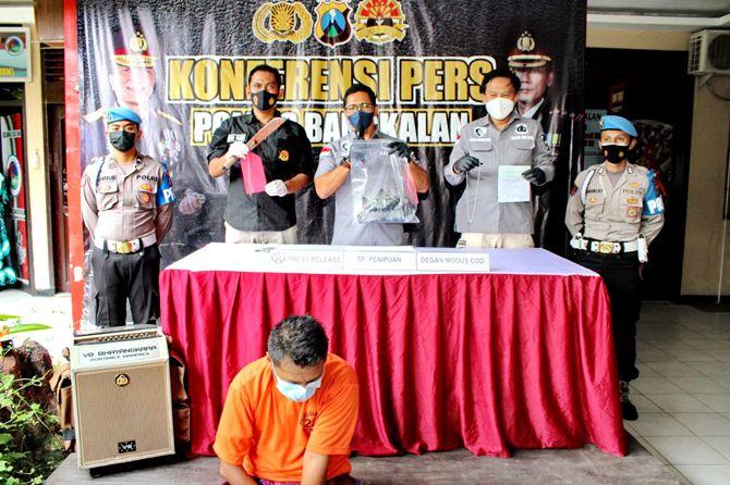 DITINDAK TEGAS: Kasatreskrim Polres Bangkalan AKP Sigit Nursiyo Dwiyugo (tengah) merilis kasus penipuan dan kepemilikan sajam kemarin.