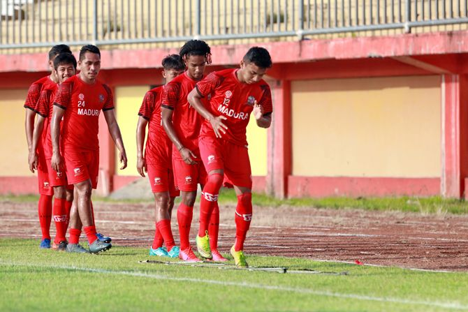 SEMANGAT: Pemain muda Madura United Maulana Romadhon melakukan latihan pemanasan di Stadion Gelora Madura Ratu Pamelingan, Kamis (20/5).