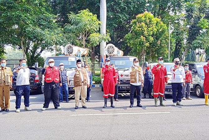 TANGGUH: Bupati Bangkalan R. Abdul Latif Amin mengepalkan tangan bersama Tim Spraying Gunner Blower usai apel pelepasan di Jalan Letnan Abdullah kemarin.