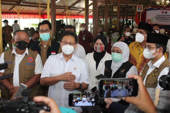 TURUN TANGAN: Bupati Bangkalan R. Abdul Latif Amin Imron mendampingi kepala BNPB, Menkes, dan gubernur Jatim saat memberikan keterangan pers di Pendapa agung Bangkalan kemarin.