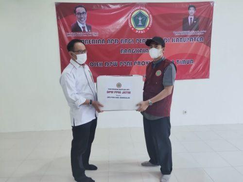 SIMBOLIS: DPW PPNI Jatim menyerahkan APD kepada DPD PPNI Bangkalan.