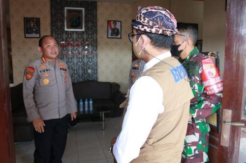 MENINJAU: Bupati Bangkalan Abdul Latif Amin Imron mengunjungi Mapolsek Arosbaya sebelum memberikan imbauan keliling.