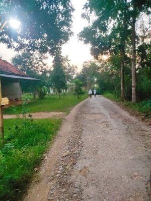 BUTUH PERBAIKAN: Warga berjalan di Jalan Batokoceng-Galis Dajah, Kecamtan Galis, Rabu (9/6).