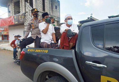 TURBA: Kapolres Bangkalan AKBP Didik Hariyanto bersama anggota DPRD Jatim Nasih Aschal dan Fahrillah Aschal memberikan imbauan kepada masyarakat di sepanjang Jalan Raya Arosbaya Kamis (10/6).
